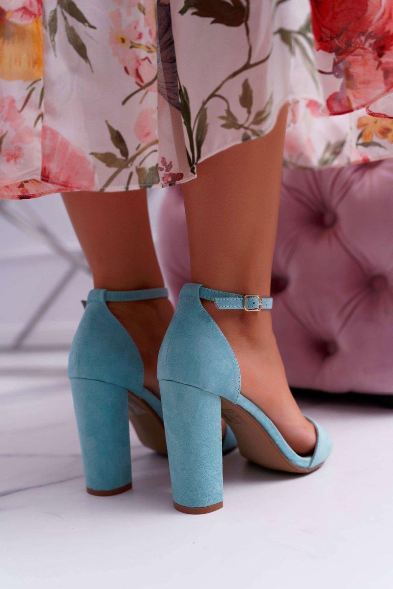 miętowe sandały na słupku